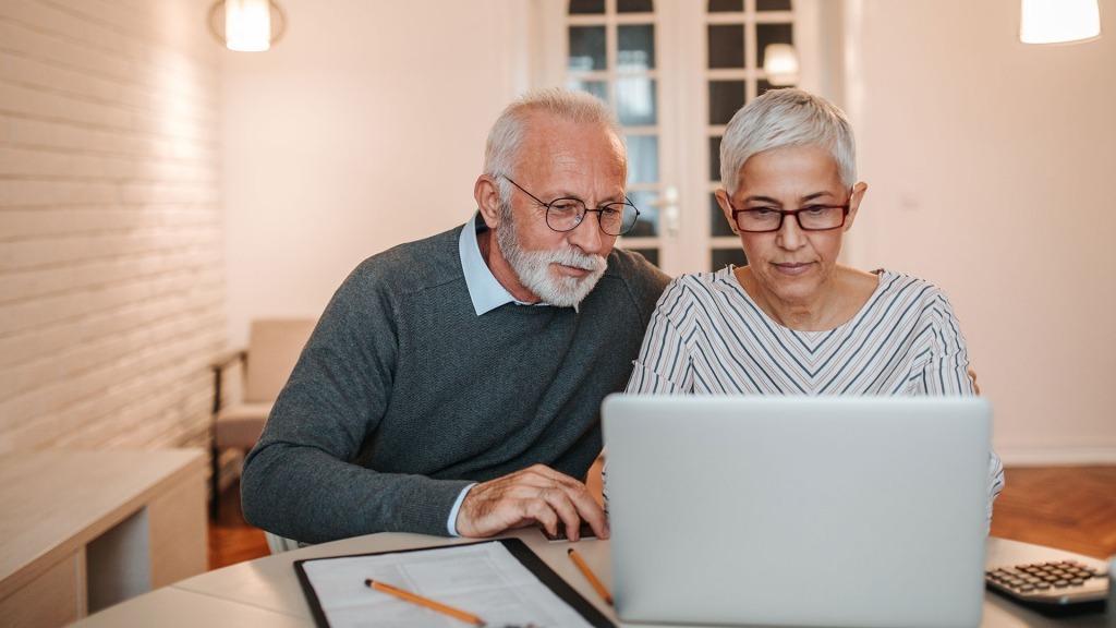 ROC-ECLERC-PREVOYANCE-aide-choix-contrats-couple-seniors-ordinateur-1024x576